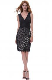 Czarna wysmuklająca sylwetkę sukienka z koronką - Lejdi