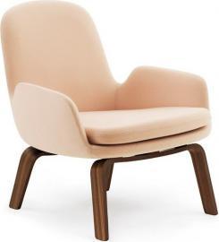 Fotel niski Era na drewnianych nogach orzech Fame