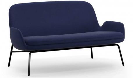 Sofa Era na stalowych czarnych nogach tkanina Fame