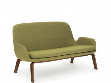 Sofa Era na drewnianych nogach orzech tkanina Fame